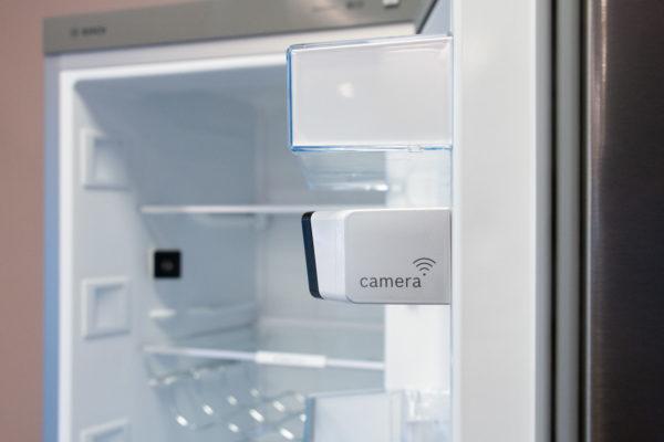 Bekijk vanaf een afstand de inhoud van een koelkast d.m.v. een camera.