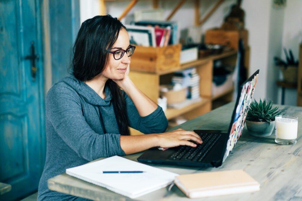Vrouw laptop website